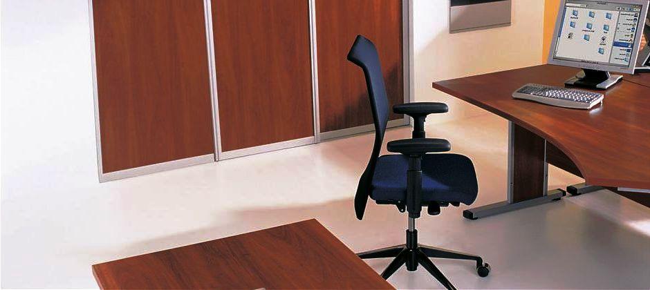 Шкаф купе на заказ в кабинет или офис Шкафы-купе для кабинетов и офисов имеют определенную специфику. Офисный шкаф купе является и гардеробной, но по большей части он выступает мебелью для хранения бумаг и документов. Конструкция шкафа купе офисного предполагает наличие свободного пространства для вешалок и большого числа полочек для документов, папок и бумаг. Кроме того, в офисном шкафу купе могут быть сделаны специальные полки для различного офисного оборудования и офисной техники. Шкафы-купе на заказ для офисов могут иметь небольшие открытые или застекленные ниши, в которые принято устанавливать сувениры, бизнес - подарки и т.п. Офисные шкафы купе обычно изготавливают в строгом стиле под интерьер офиса. Шкаф-купе спроектированный в домашний кабинет может иметь более жилой вид или респектабельный дизайн как в офисе. Шкаф купе – офисный позволяет определить каждой вещи в офисе организации свое место и поддерживать в помещении должный порядок. Мебельная компания Арт Дизайн изготавливает офисные шкафы купе на заказ любых размеров.